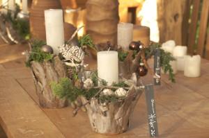 Holztopf mit einzelner weißer Kerze