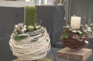 Weißes Geflecht um Kugel mit grüner oder weißer Kerze